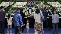 Para pelayat memberikan penghormatan mereka di sebuah altar peringatan untuk almarhum Wali Kota Seoul Park Won-soon di Seoul City Hall Plaza, Sabtu (11/7/2020). Kematian mendadak Wali Kota Seoul, yang dilaporkan terlibat dalam tuduhan pelecehan seksual, menjadi sorotan publik. (Ed JONES / AFP)