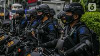 Sejumlah anggota satuan Brimob bersiaga di kawasan Bundaran HI, Jakarta, Kamis (31/12/2020). Dalam pengamanan malam tahun baru, Polda Metro Jaya menurunkan sebanyak 8.139 personel gabungan dan disebar ke beberapa titik sesuai dengan wilayah hukumnya masing-masing (Liputan6.com/Faizal Fanani)