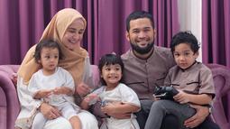 Pasangan serasi ini sudah dikarunia tiga buah hati, Teuku Adam Al Fatih, Cut Hawa Medina Alfatih dan putri ketiga  Cut Shafiyyah Mecca Alfatih. Nama ketiga buah hati Shireen dan Wisnu kental akan nuansa islami dan Aceh. (Liputan6.com/IG/shireensungkar)