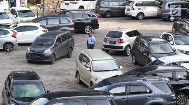 Petugas memarkirkan kendaraan di pusat perbelanjaan di Jakarta, Kamis (10/1). Guna mengatasi kemacetan di Jabodetabek, Gubernur DKI  Jakarta Anies Baswedan berencana membangun beberapa lahan parkir di luar Jakarta. (Liputan6.com/Immanuel Antonius)