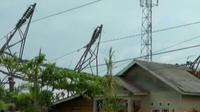 Petugas PLN berusaha memperbaiki menara sutet di Palangkaraya, hingga surat suara telah tiba di KPU Kabupaten Dharmasraya.