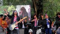 Para menteri yang tergabung dalam Elek Yo Band berkolaborasi dengan Abdee Slank di Panggung Nitilaku UGM. (Liputan6.com/ Switzy Sabandar)
