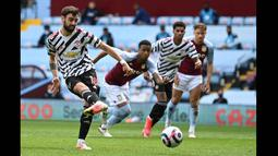 Pada menit ke-51, MU mendapat penalti setelah Douglas Luiz menjatuhkan Paul Pogba di kotak terlarang. Pada menit ke-52, Bruno Fernandes mengeksekusi tendangan penalti United dengan sempurna. (Foto: AFP/Pool/Shaun Botterill)
