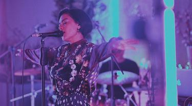 Bakat bermusik dari Indra lesmana nampaknya menurun pada putrinya, Eva Celia. Membawakan lagu berjenis R&B, jazz ataupun fusion, penampilan Eva Celia saat bernyanyi selalu memukau para penggemarnya. (Liputan6.com/IG/@evacelia)