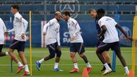 Pemain Paris Saint-Germain Lionel Messi (tengah kanan) bersama Neymar (tengah kiri) saat sesi latihan di Camp des Loges Paris Saint-Germain, Saint-Germain-en-Laye, Prancis, Kamis (19/8/2021). (Bertrand GUAY/AFP)