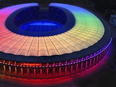 Olympic Stadium diterangi warna pelangi di Berlin, Jerman, Rabu (23/6/2021). UEFA melarang Kota Munich untuk menerangi Allianz Arena dengan warna pelangi selama pertandingan antara Jerman dan Hungaria di Euro 2020. (AP Photo/Michael Sohn)