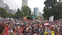 Zona Bhin-bhin mendadak dipenuhi para suporter bulutangkis Indonesia yang tidak mendapatkan tiket dan rela berpanas-panasan demi memberikan dukungan pada Jonatan Christie. (Bola.com/Zulfirdaus Harahap)
