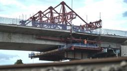 Suasana proyek pembangunan jalur lintas atas (flyover) Cakung, Jakarta, Kamis (17/12/2020). Flyover dengan biaya pembangunan mencapai Rp 261 miliar ini diharapkan mampu mengatasi kemacetan di kawasan tersebut serta meminimalisir kecelakaan akibat perlintasan sebidang. (merdeka.com/Iqbal Nugroho)