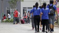 Atlet Asian Para Games saat berada di Wisma Atlet, Kemayoran, Jakarta, Rabu (03/10/2018). Menjelang sore hari, para atlet melakukan berbagai aktifitas mulai dari berolahraga, memotret, bermain biliar hingga keliling wisma. (Bola.com/M Iqbal Ichsan)
