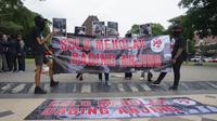 Sejumlah aktivis yang tergabung dalam Dog Meat Free Indonesia menggelar aksi tolak perdagangan daging anjing di Solo, Kamis (25/4).(Liputan6.com/Fajar Abrori)
