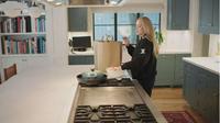 Area dapur terbuka Adele.  (dok. Screenshoot YouTube Vogue/ https://www.youtube.com/watch?v=544DTGHIBM0/Dinny Mutiah)