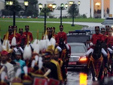 Iring-iringan kendaraan Raja Salman bin Abdulaziz dikawal pasukan berkuda saat meninggalkan Istana Bogor, Rabu (1/3). Mengawali kunjungan, Raja Salman bertemu Presiden Jokowi di Istana Bogor. (Liputan6.com/Helmi Fithriansyah)