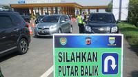 Petugas gabungan melakukan penyekatan kendaraan yanh masuk ke Kota Bandung di Gerbang Tol Pasteur, Kamis (6/5/2021). Penyekatan  dilakukan untuk mengantisipasi warga yang nekat mudik selama pelaksanaan larangan mudik 6-17 Mei 2021. (Liputan6.com/Huyogo Simbolon)