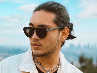 Kacamara menjadi salah satu fashion item yang tak boleh terlewatkan bagi pria kelahiran 30 November 1994 ini. Selain melindungi dari sinar matahari, penampilan Giorgino Abraham dengan kacamata ini membuatnya terlihat makin keren. (Liputan6.com/IG/@giorgino_abraham)