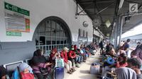 Peserta mudik gratis bareng PDIP menunggu kedatangan kereta api saat di Stasiun Pasar Senen, Jakarta, Selasa (12/6). PDIP memberangkatkan 725 pemudik dengan kereta api pada hari ini. (Liputan6.com/Angga Yuniar)