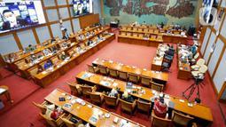Suasana saat Menteri Pariwisata dan Ekonomi Kreatif Sandiaga Salahuddin Uno dan Wakil Menteri Angela Tanoesoedibjo rapat kerja membahas dampak pemotongan anggaran APBN TA 2021 dengan Komisi X DPR di Kompleks Parlemen, Senayan, Jakarta, Kamis (25/3/2021). (Liputan6.com/Angga Yuniar)