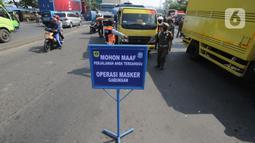 Petugas gabungan menghentikan pengemudi kendaraan yang tidak mengenakan masker saat Operasi Masker Gabungan di Perempatan Ciawi, Bogor, Kamis (10/9/2020). Razia yang dilakukan Pemkot dan Pemkab Bogor ini menyasar warga yang tidak bermasker dengan denda sebesar Rp 100.000. (merdeka.com/Arie Basuki)