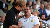 Pelatih Liverpool, Jurgen Klopp (kiri) bersalaman dengan pelatih Burton Albion, Nigel Clough pada putaran kedua piala Liga Inggris di Pirelli Stadium, Burton-on-Trent, (24/8/2016) dini hari WIB.  (AFP/Oli Scarf)
