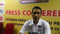 Pelatih tim putri Jakarta Pertamina Energi, M Ansori, merayakan kemenangan pada laga pembuka Proliga 2019. (Liputan6.com/Switzy Sabandar)