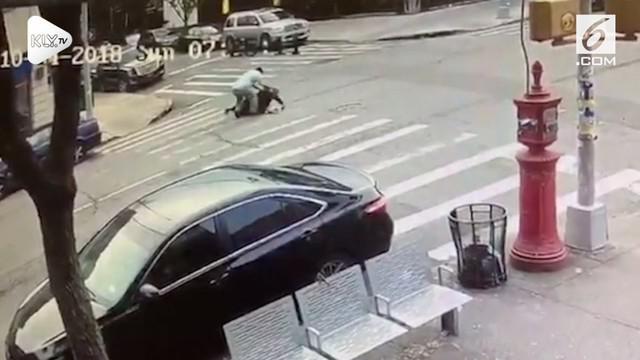 Insiden penyerangan terjadi di persimpangan jalan Borough Park, New York. Diduga insiden tersebut dipicu perselisihan verbal antara penyerang dan korban.