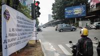 Spanduk sosialisasi sistem ganjil genap terpasang di kawasan Jalan Fatmawati Raya, Jakarta, Jumat (9/8/2019). Uji coba pelaksanaan sistem ganjil genap dilaksanakan pada 12 Agustus hingga 6 September 2019. (Liputan6.com/Faizal Fanani)