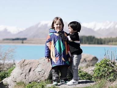 Potret Sekala dan Bjorka yang tengah berlibur di New Zealand beberapa hari yang lalu. (Liputan6.com/IG/@ayudiac)