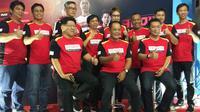 Bupati Karanganyar, Juliyatmono (duduk tengah) bersama jajaran pelatih PB Djarum dalam audisi Djarum 2018. (Bola.com/Vincentius Atmaja)