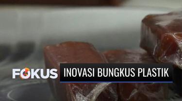Untuk membantu mengatasi masalah lingkungan, sejumlah mahasiswa di Jember, Jawa Timur, melakukan inovasi dengan membuat pembungkus plastik berbahan nabati. Tanpa mengurangi fungsinya, pembungkus bioplastik tersebut tidak mempengaruhi aroma makanan ya...