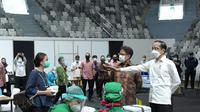 Presiden Jokowi meninjau vaksinasi Covid-19 massal terhadap ribuan tenaga kesehatan yang digelar di Istora GBK, Senayan, Jakarta. (Dok Setpres)