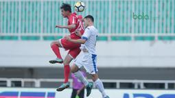 Duel pemain Korea Utara, So Jong Hyok (kiri) dengan pemain Uzbekistan pada laga PSSI Anniversary Cu 2018 di Stadion Pakansari, Bogor, (26/4/2018). Uzbekistan bermain imbang 2-2. (Bola.com/Nick Hanoatubun)