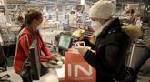 Seorang perempuan mengenakan masker FFP2 jenis respirator saat berbelanja di supermarket di Wina, Austria, Senin (25/1/2021). Mulai 25 Januari 2021, warga Austria diwajibkan mengenakan masker FFP2 di supermarket, apotek, pompa bensin, dan di transportasi umum. (AP Photo/Ronald Zak)