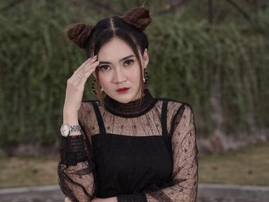 Penampilan Nella Kharisma dengan model rambut space buns ini pun mencuri perhatian netizen. Tak sedikit pula netizen yang memuji gaya penampilannya ini karena terlihat menggemaskan. (Liputan6.com/IG/@nellakharisma)