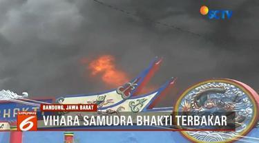 Sebuah vihara di Bandung, Jawa Barat, terbakar. Api diduga berasal dari lilin yang tengah menyala. Warga yang sedang merayakan Imlek pun panik.
