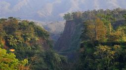 Pemandangan saat Gunung Merapi mengeluarkan asap terlihat dari Kaliadem, Sleman, DIY, Minggu (24/2). Secara visual, asal solfatara warna putih, intensitas tipis, sedang hingga tebal dengan ketinggian 150 meter di atas puncak. (Liputan6.com/Gholib)