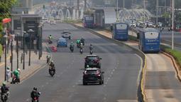 Kondisi lalu lintas di Jalan MH Thamrin, Jakarta, Rabu (2/10/2019). Jalan MH Thamrin yang biasanya ramai beberapa hari terakhir terpantau lengang. (Liputan6.com/Faizal Fanani)