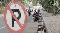 Pengendara sepeda motor parkir di sekitar Taman Suropati, Jakarta, Selasa (28/8). Meski terpampang rambu larangan parkir dan berhenti, pengendara tetap parkir di sekitar taman. (Liputan6.com/Immanuel Antonius)