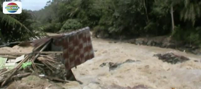 Banjir bandang di Simalungun redamkan belasan rumah warga dan tewaskan sepasang suami istri lanjut usia.