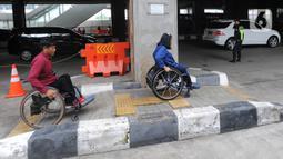 Penyandang disabilitas menuju area parkir khusus di Stasiun MRT Lebak Bulus, Jakarta, Kamis (20/02/202020). Mulai hari ini para penyandang disabilitas pengguna MRT dapat memarkirkan kendaraan mereka secara gratis di lokasi yang disediakan oleh pihak MRT. (merdeka.com/Arie Basuki)