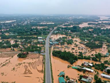 Foto dari udara menunjukkan area yang tergenang banjir di Quang Tri, Vietnam, 13 Oktober 2020. Bencana alam, terutama hujan lebat dan banjir, telah menyebabkan 28 orang tewas dan 12 lainnya hilang di wilayah tengah dan Dataran Tinggi Tengah Vietnam selama beberapa hari terakhir. (Xinhua/VNA)