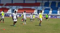 Victor Igbonefo bakal absen saat Persib Bandung melawan Arema. (Bola.com/Erwin Snaz)