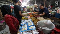 Pedagang bumbu masak melayani pembeli di Pasar Kebayoran Lama, Jakarta, Senin (1/10). Deflasi terjadi karena adanya penurunan harga yang ditunjukan oleh turunnya beberapa indeks kelompok pengeluaran. (Liputan6.com/Johan Tallo)