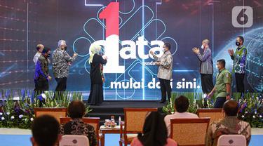 Menteri Ketenagakerjaan Ida Fauziyah (keempat kiri) bersama Sekretaris Jenderal Kemnaker Anwar Sanusi dan Kepala Badan Perencanaan dan Pengembangan Ketenagakerjaan Bambang Satrio Lelono meluncurkan Satu Data Ketenagakerjaan di Kantor Kemnaker, Jakarta, Kamis (5/11/2020). (Liputan6.com/Faizal Fanani)