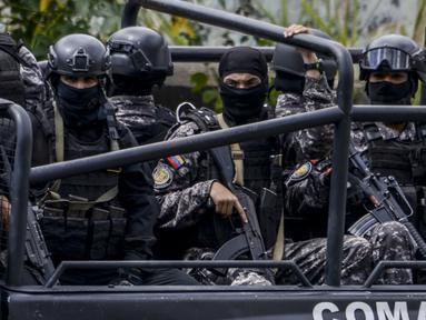 Anggota Bolivarian National Intelligence Service (SEBIN) berpatroli untuk menangkap Oscar Perez di Caracas, Venezuela, Senin (15/1). Oscar Perez merupakan pilot yang menjatuhkan granat di Mahkamah Agung (MA) Venezuela tahun lalu. (AFP PHOTO/JUAN BARRETO)