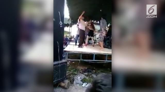 Seorang bapak terjatuh dari panggung karena saking asiknya berjoget bareng biduan. Namun tak disangka, setelah insiden jatuhnya si bapak tersebut, tiba-tiba saja keributan terjadi.