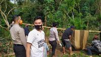Pemuda yang hanyut terbawa banjir yang melanda Serang, Banten, pada 18-19 Mei 2020, ditemukan dalam keadaan tidak bernyawa. Jasad ditemukan warga di sebuah sungai kecil di kawasan Cipecung. (Liputan6.com/ Yandhi Deslatama)