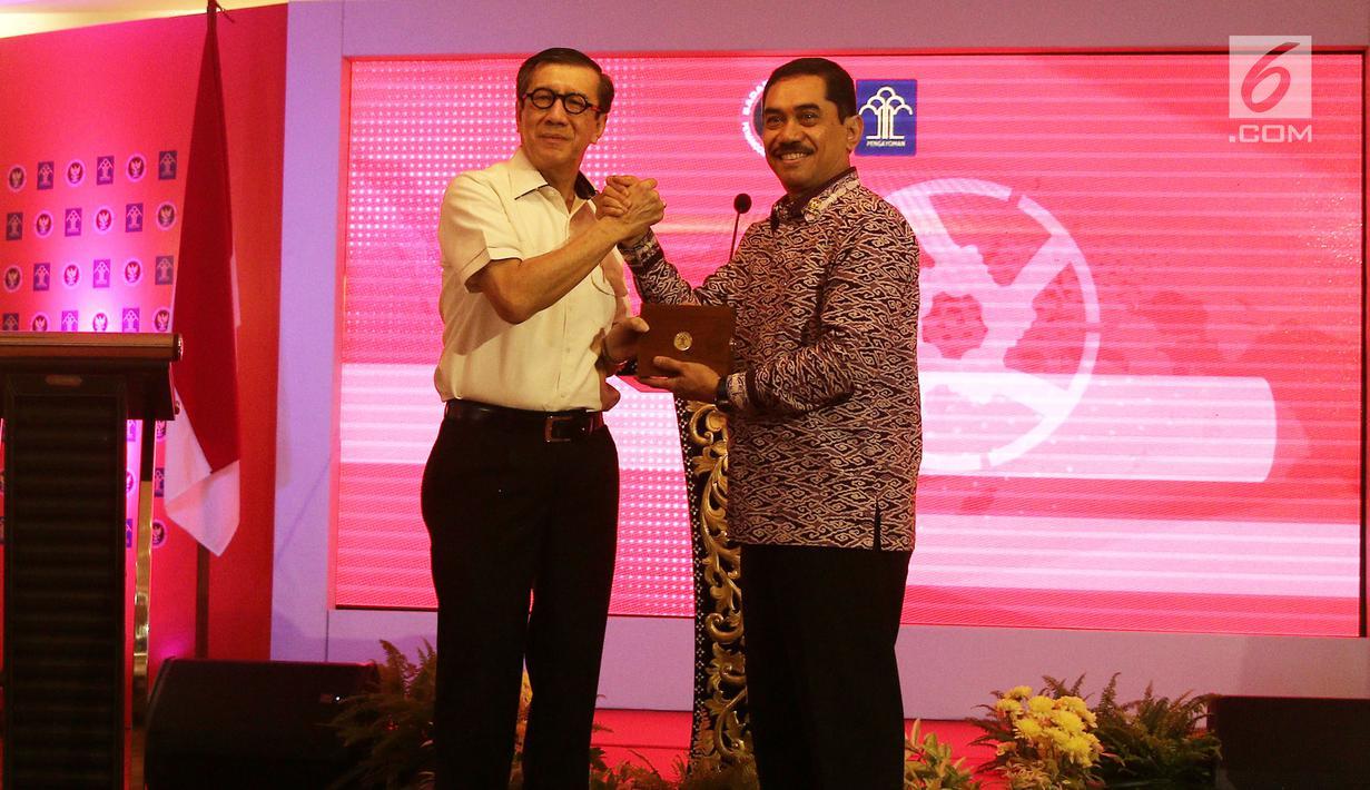 Menkumham Yasonna Laoly berjabat tangan dengan Kepala BNPT Suhardi Alius usai melakukan MoU di gedung Kemenkumham, Jakarta, Kamis (31/5). MoU ini untuk memperkuat kerjasama dalam hal penanggulangan tindak pidana teroris. (Liputan6.com/Herman Zakharia)