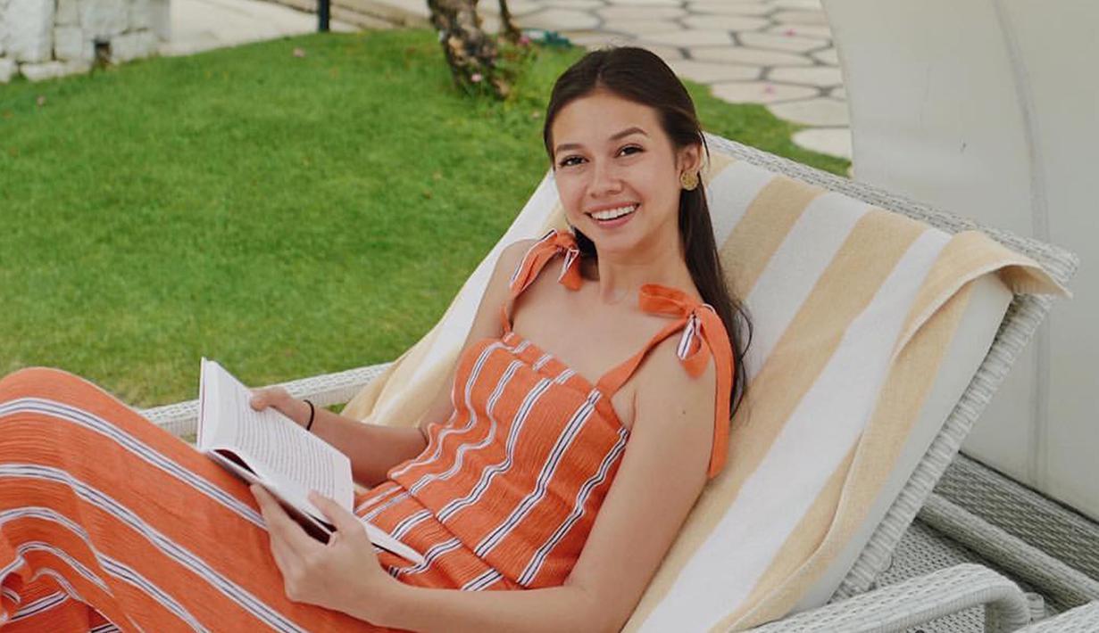 Yuki Kato mengenakan dress orange bermotif garis dengan make up yang natural. (Liputan6.com/IG/@yukikt)