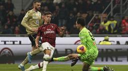 Pemain AC Milan Krzysztof Piatek mencetak gol ke gawang SPAL pada babak 16 besar Coppa Italia 2019/2020 di Stadion San Siro, Milan, Italia, Rabu (15/1/2020). AC Milan menang 3-0. (Spada/LaPresse via AP)