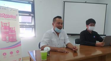 Sales Branch Manager Rayon V Bandung wilayah Garut PT Pertamina, Risal Arsyad didampingi Juru Bicara Hiswana Migas Garut Evi Hartaz memberikan penjelasan kepada awak media ihwal dugaan kelangkaan gas bersubdisi di Garut.