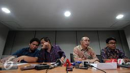 Direktur Hukum PSSI, Aristo Pangaribuan (kedua kanan) memberikan keterangan di kantor PSSI, Jakarta, Selasa (8/3/2016). Tim hukum PSSI memberikan penyataan terkait putusan Mahkamah Agung terhadap SK Pembekuan PSSI. (Liputan6.com/Helmi Fithriansyah)